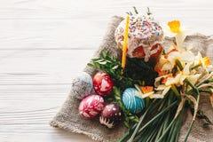 Het gelukkige concept van Pasen modieuze geschilderde eieren en Pasen-cake op wh royalty-vrije stock afbeelding
