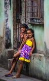 Het gelukkige Cubaanse meisje vangt portret in slechte kleurrijke koloniale steeg met glimlachgezicht, in oud Havana, Cuba, Ameri stock foto