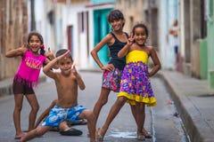 Het gelukkige Cubaanse meisje vangt portret in slechte kleurrijke koloniale steeg met glimlachgezicht, in oude stad, Cuba, Amerik royalty-vrije stock foto