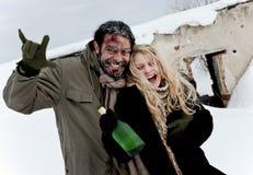 Het gelukkige dakloze paar drinken Royalty-vrije Stock Afbeeldingen