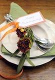 Het gelukkige de lijstplaats van het Dankzeggings individuele diner plaatsen - verticaal met de herfstbloemen Royalty-vrije Stock Afbeeldingen