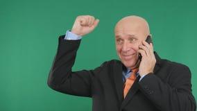 Het gelukkige de Telefoon Financiële Goede Nieuws van Zakenmanimage talk cell en maakt Victory Han stock foto's