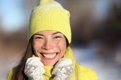 Het gelukkige de winterhoed en van het handschoenen Aziatische meisje glimlachen Royalty-vrije Stock Foto