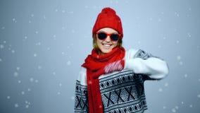 Het gelukkige de wintermeisje dansen stock video