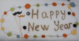Het Gelukkige die Nieuwjaar van de Hipsterinschrijving op de sneeuw wordt geschreven Stock Foto's
