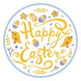 Het gelukkige die Pasen-van letters voorzien met vogels, eieren, kruiden en bloemen in cirkel op witte achtergrond wordt geïsolee royalty-vrije illustratie