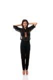Het gelukkige donkerbruine stellen met haar handen achter haar hoofd Royalty-vrije Stock Foto's