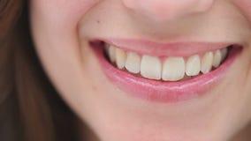 Het gelukkige donkerbruine vrouw glimlachen stock footage