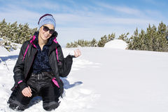 Het gelukkige donkerbruine vrouw spelen met een sneeuw in de berg, die van de de wintersneeuw genieten Royalty-vrije Stock Foto's