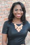 Het gelukkige elegante Afrikaanse vrouw glimlachen stock afbeeldingen