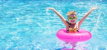 Het gelukkige en Grappige Kind Zwemmen stock foto's