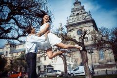 Het gelukkige en houdende van paar die en maakt foto in de oude stad lopen Stock Foto's