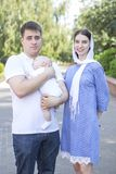 Het gelukkige Europese familie openlucht glimlachen Mamma en papa die hun houden royalty-vrije stock foto's