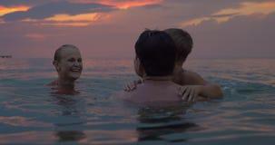 Het gelukkige familie baden in de schemer stock footage