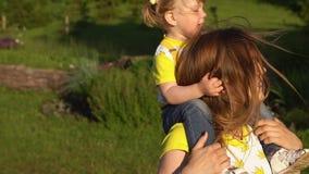 Het gelukkige familie glimlachen Mooie familie die in de zomerpark van aard genieten Langzame Motie stock video