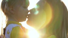 Het gelukkige familie glimlachen Mooie familie die in de zomerpark van aard genieten Langzame Motie stock footage
