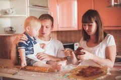 Het gelukkige familie koken bij keuken Stock Afbeelding