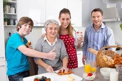 Het gelukkige familie koken samen met de grootmoeder. Royalty-vrije Stock Foto's