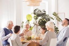 Het gelukkige familie lachen royalty-vrije stock afbeelding