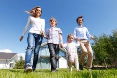 Het gelukkige familie lopen Stock Foto