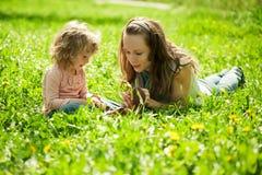 Het gelukkige familie spelen Stock Foto
