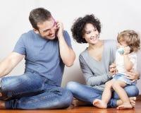 Het gelukkige familie spelen Stock Afbeeldingen