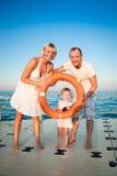 Het gelukkige familie spelen bij het strand royalty-vrije stock foto