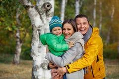 Het gelukkige familie spelen in de herfstpark royalty-vrije stock afbeelding