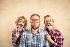 Het gelukkige familie spelen in huis royalty-vrije stock afbeelding