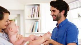 Het gelukkige familie spelen met baby stock footage