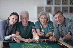 Het gelukkige familie spelen met casinospaanders Stock Fotografie