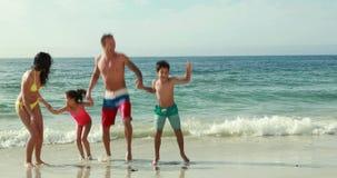 Het gelukkige familie spelen met golven stock videobeelden