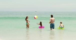 Het gelukkige familie spelen in water stock videobeelden