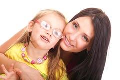 Het gelukkige familiemeisje spelen met moeder Royalty-vrije Stock Afbeeldingen