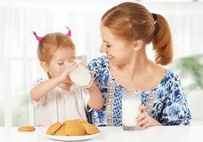Het gelukkige familiemoeder en meisje van de babydochter bij ontbijt: koekje Royalty-vrije Stock Foto's