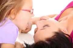 Het gelukkige familiemoeder spelen met haar dochter Royalty-vrije Stock Afbeelding