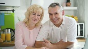 Het gelukkige familiepaar stellen voor foto in moderne keuken stock video