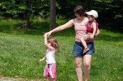 Familie in een park Stock Foto's
