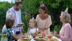 Het gelukkige feestvarken blazen uit schouwt het maken van wens, slow-motion familiepartij, stock videobeelden