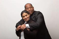 Het gelukkige Gemengde Raspaar Stellen voor Portret royalty-vrije stock foto