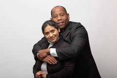 Het gelukkige Gemengde Raspaar Stellen voor Portret stock foto's