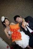 Het gelukkige gezicht van bruidegom en de bruid in huwelijk passen thuis aan Royalty-vrije Stock Foto
