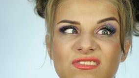 Het gelukkige gezicht van de uitdrukkingsvrouw, verschillende emoties Langzame Motie stock footage
