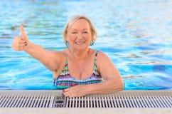 Het gelukkige gezonde hogere vrouw geven duimen omhoog Royalty-vrije Stock Foto's