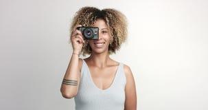 Het gelukkige glimlachende zwarte met afra maakt spruiten met photocamera stock videobeelden