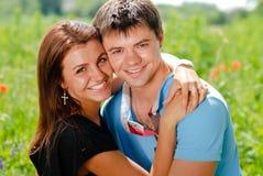 Het gelukkige het glimlachen jonge paar omhelzen Royalty-vrije Stock Foto