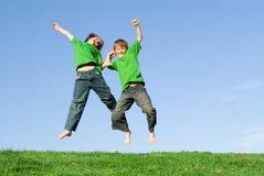 Het gelukkige het glimlachen kinderen springen Royalty-vrije Stock Foto