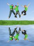 Het gelukkige het glimlachen kinderen springen stock fotografie