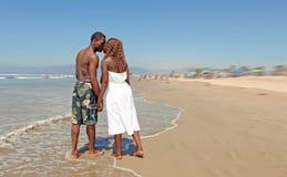 Het gelukkige het Houden van Afrikaanse Amerikaanse Kussen van het Paar op Th royalty-vrije stock afbeeldingen