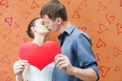 Het gelukkige het paar van de Valentijnskaartendag kussen Stock Fotografie